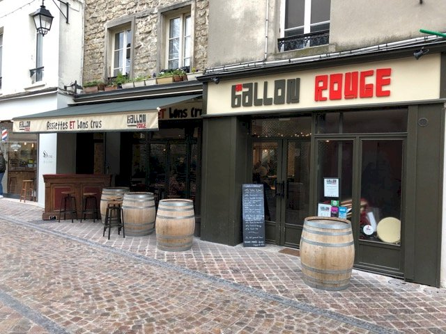 A welcoming wine bar for locals & expats alike!